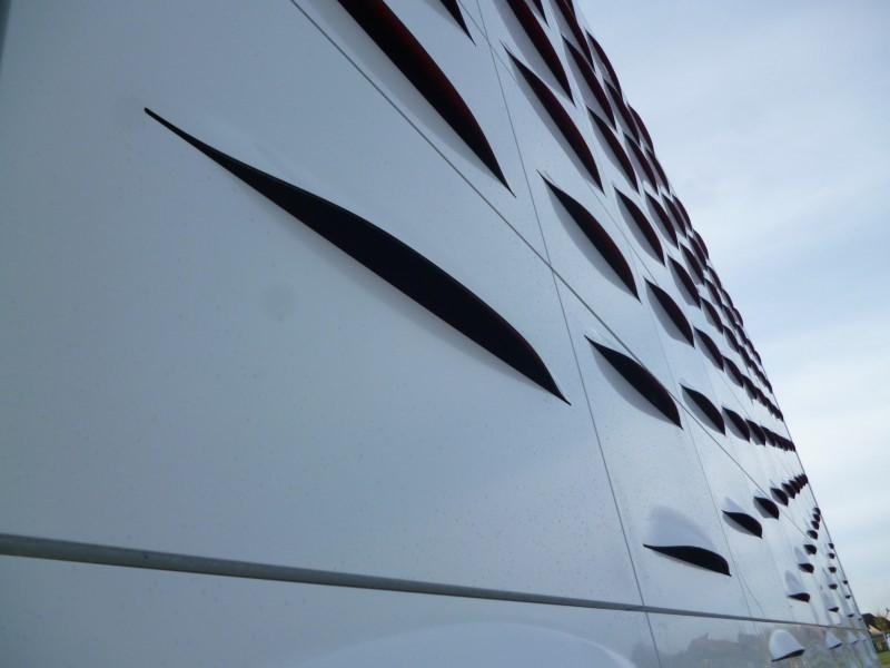 Façade d'un bâtiment avec bardage en composite aluminium